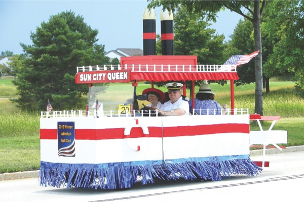 Patriotic Parade winners Don and Ellie Espeseth with their u0027Sun City Queenu0027 golf cart & Carts on parade | My Sunday News