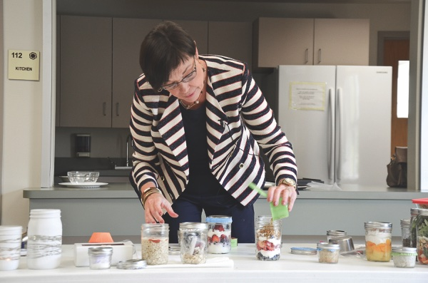 Nutritionist and kitchen coach Joyce Lande demonstrates creative meal prep in mason jars at a recent presentation in Sun City. (Photos by Christine Such/Sun Day)
