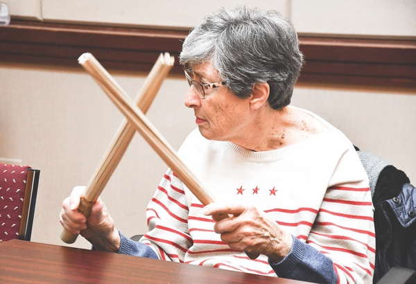 Parkinsons sufferer Betty Gaudio beats out a rhythm in a Rhythmic Auditory Stimulation exercise. (Photo by Christine Such/Sun Day)
